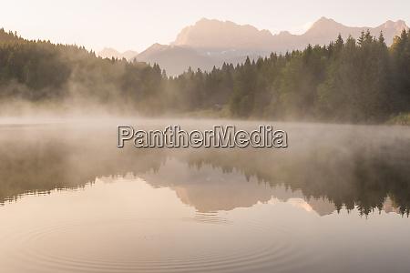 sommer sonnenaufgang am geroldsee in bayern