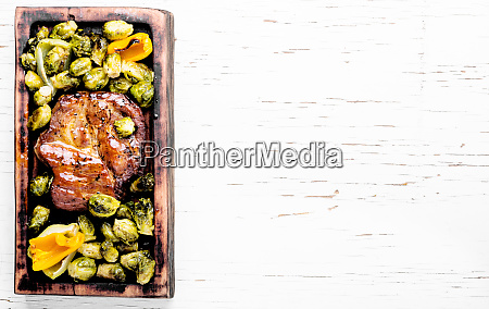 beef, steaks, with, grilled, vegetables - 26052601