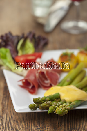 green asparagus with sauce hollandaise on