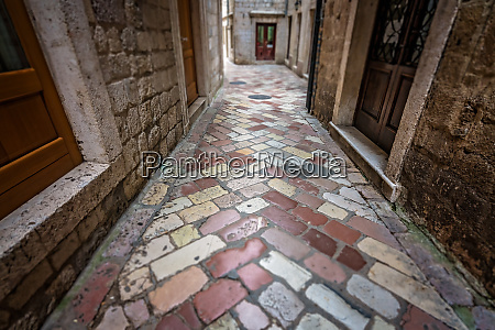 narrow cobble stoned passage in kotor