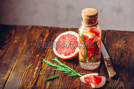 water with sliced grapefruit and fresh