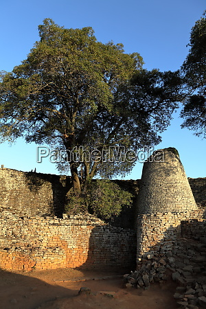 the ruins of great zimbabwe in
