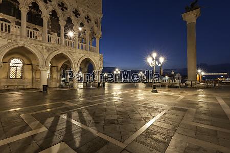 markusplatz in venedig bei nacht mit