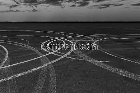 imagen invertida monocroma de pistas de