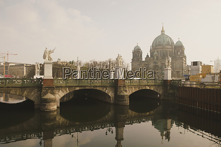 berlin cathedral behind schlossbrucke bridge and