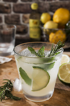 glass of gin tonic with lime
