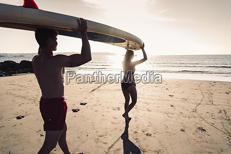 france brittany young couple carrying an