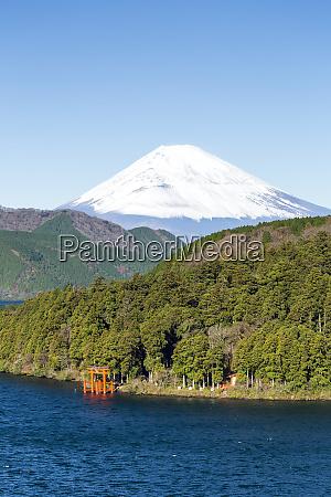 lake ashinoko with mount fuji behind
