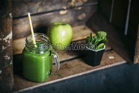 green detox smoothie with apple and