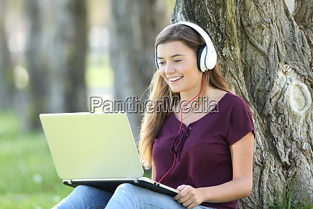 student learning audio guides on line