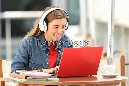 happy, student, listening, a, video, tutorial - 26575045