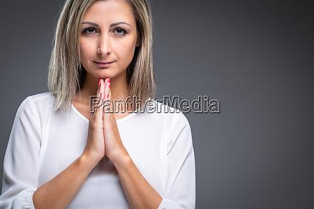praying woman woman praying to