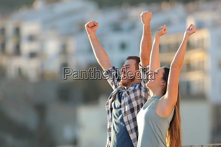 pareja emocionada celebrando vacaciones en un