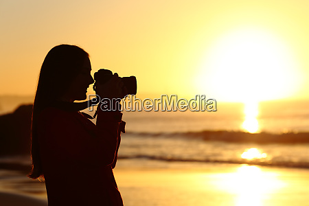 photographer photographing sun with dslr