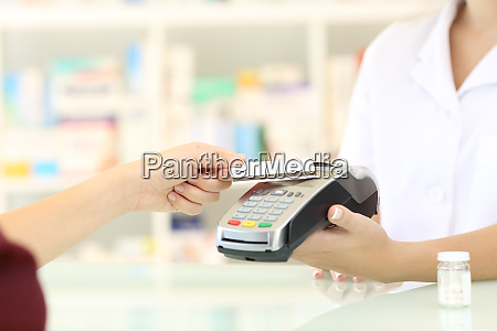 customer paying with credit card reader