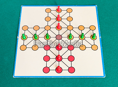 setup of cross solitaire board game