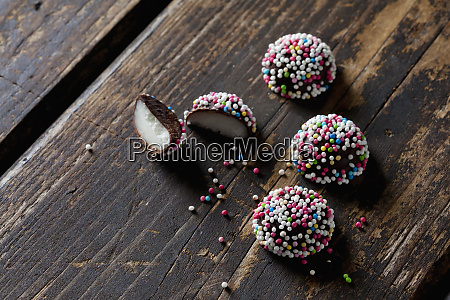 fondant confectionery with sugar beads