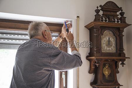 senior repairing roller shutter