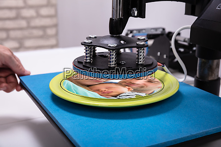 printing on plates in workshop
