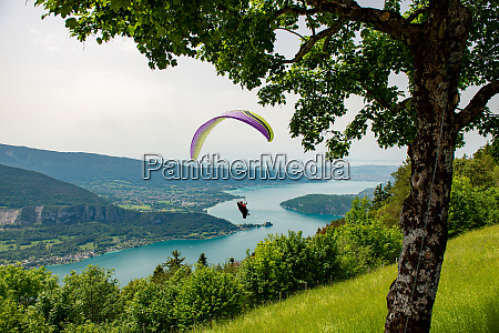paragliders with parapente jumping of col
