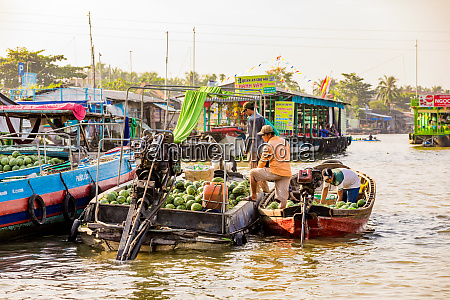 the floating market outside can tho