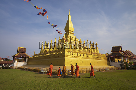 the golden buddhist stupa of pha