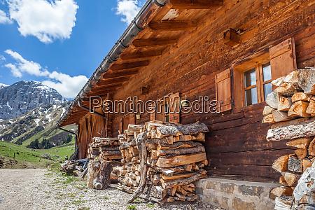 the mahlknecht alpin hut on the