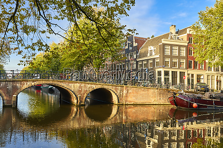 houses and bridge where keizersgracht meets
