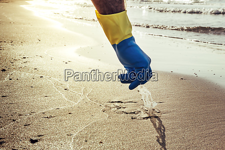 man hand cleaning plastics that pollute
