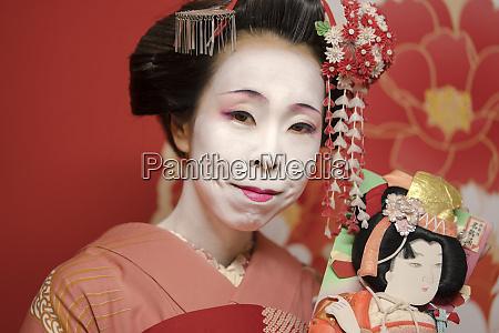 maiko en kimono coifee depingles kanzashi