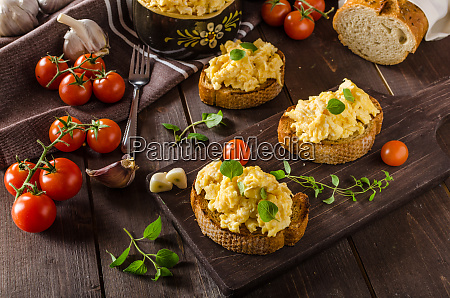 scrambled eggs with herbs and garlic