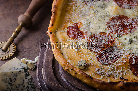 pizza with blue cheese