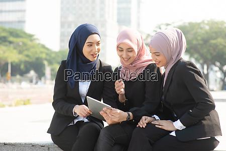 muslim business women discussing