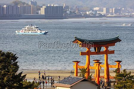 floating torii gate of itsukushima jinja