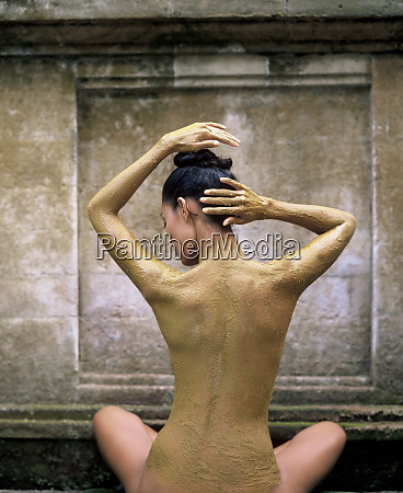 woman having a lulur turmeric scrub