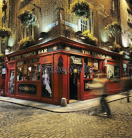 the temple bar pub at night
