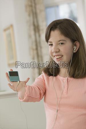 teenage girl listening to an mp3