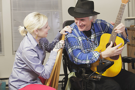 musician with multiple sclerosis in a