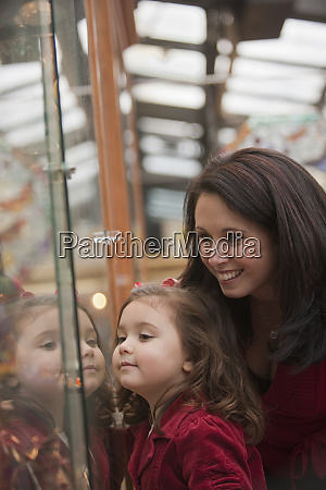 woman window shopping with her daughter
