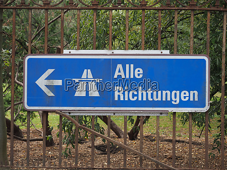 alle richtungen meaning all directions sign
