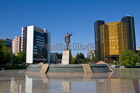 hero statue baku azerbaijan