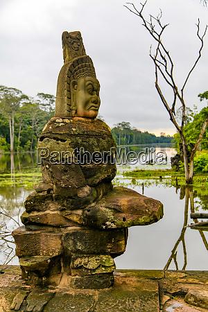devas statues bridge to angkor thom