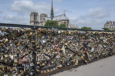 bridge of love locks notre dame
