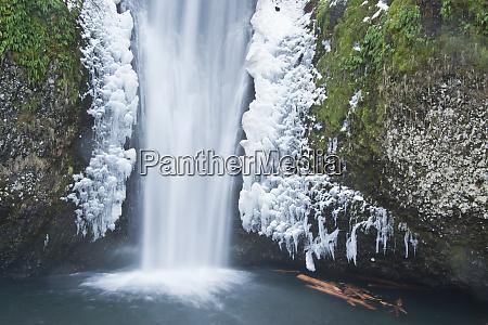 lower multnomah falls winter columbia gorge