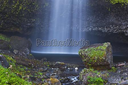 multnomah falls in the columbia river