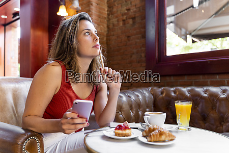 young blogger working in a cafe