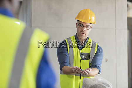 architect speaking with construction worker