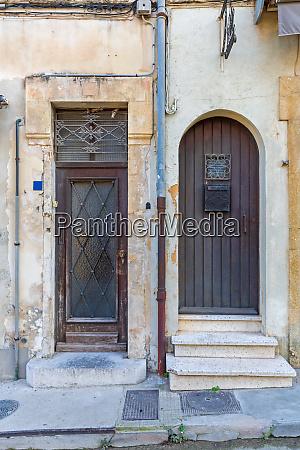 two doors neighbours