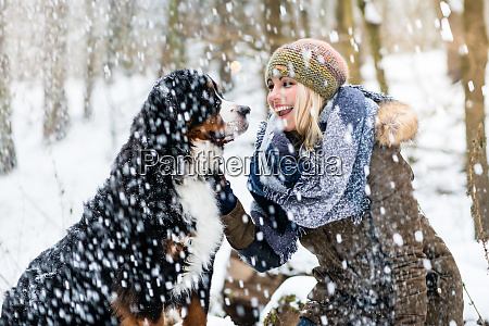 woman, walking, her, dog, in, the - 27435672