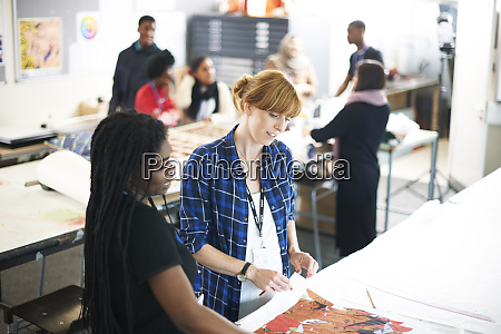female art students working in art